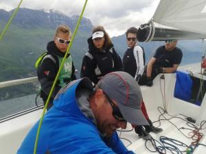 Trainer Ruairidh Scott zeigt den Jugendlichen, wo's lang geht.